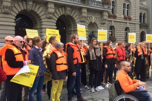 25'000 Menschen fordern, dass die Aquarius unter Schweizer Flagge fahren darf
