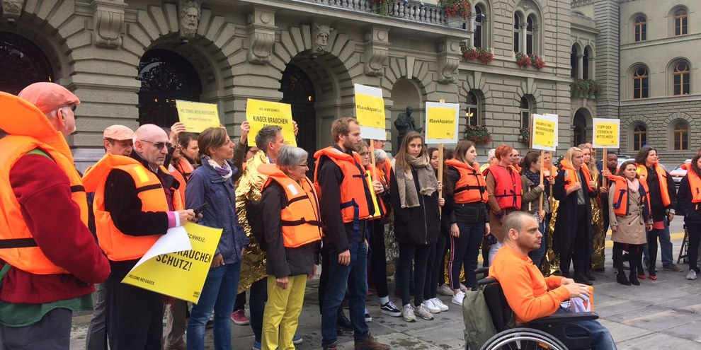 Petitionsübergabe in Bern: Die Unterzeichnenden fordern den Bundesrat und das Parlament auf, das Rettungsschiff Aquarius unter Schweizer Flagge fahren zu lassen.  © AI
