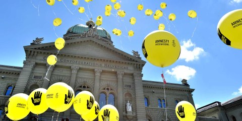 Amnesty-Aktion zur Waffenkontrolle vor dem Bundehaus in Bern © Amnesty International/Valerie Chetelat