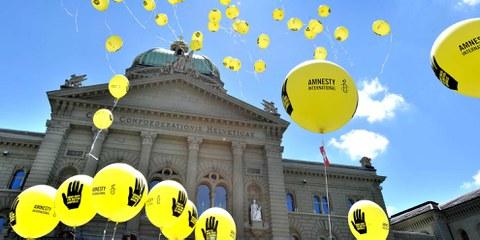 Amnesty-Aktion zur Waffenkontrolle vor dem Bundehaus in Bern © Amnesty International/Valerie Chetelat