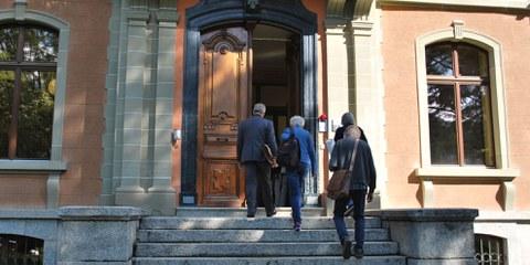 Anni Lanz und ihr Anwalt beim Betreten des Kantonsgerichts in Sitten am 21. August 2019 © Amnesty International