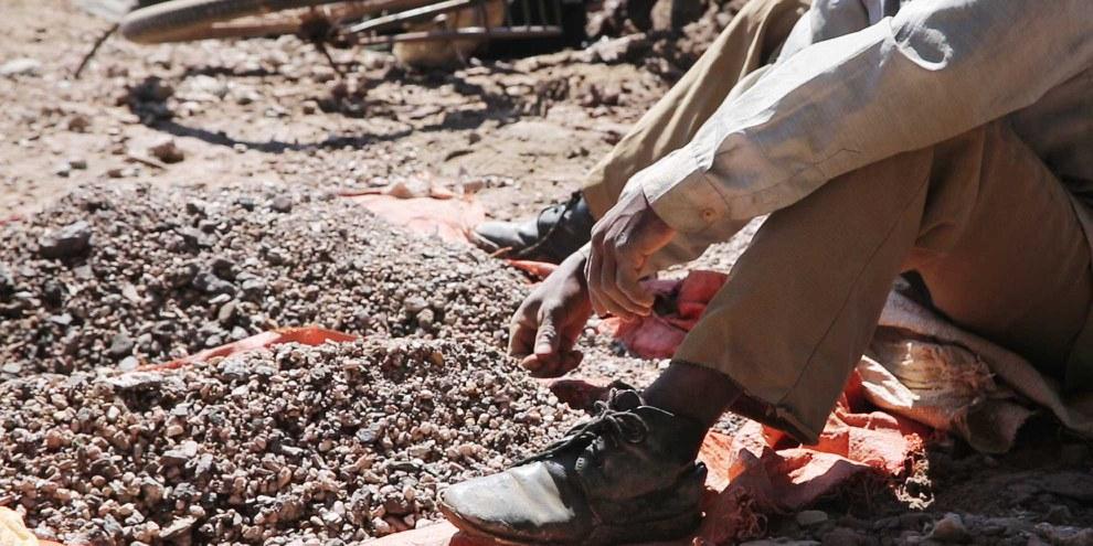 Ein Bergarbeiter sortiert Kobaltstücke in der Demokratischen Republik Kongo: Die vorgesehene Regulierung des Handels mit solchen Konfliktmineralien ist viel zu schwach. ©  Amnesty International