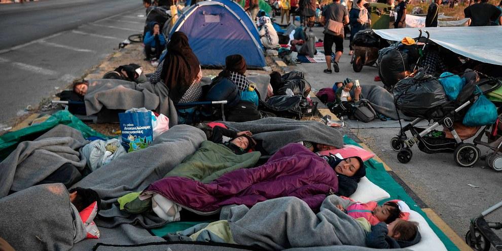 Obdachlose Migranten und Flüchtlinge schlafen am Strassenrand, nachdem ein Feuer am 11. September 2020 Griechenlands grösstes Flüchtlingslager Moria auf der Insel Lesbos zerstört hat. © Louisa Gouliamaki /Getty Images