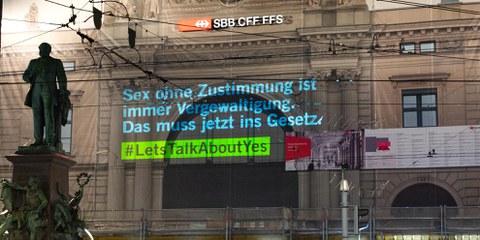 Aktion zum Internationalen Frauentag am 8. März 2021: Projektion am Hauptbahnhof Zürich. © Fabienne Bühler /  Weitere Bilder durch Klick aufs Bild.