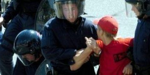 Verhaftungen an einer nicht bewilligten 1.Mai-Kundgebung 2005 in Luzern © Keystone
