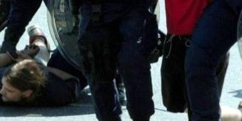 Verhaftung an einer nicht bewilligten 1.Mai-Kundgebung 2005 in Luzern © Keystone