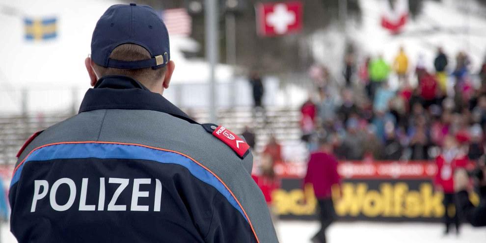 Die Polizei soll eigenmächtig einschneidende Massnahmen wie Hausarrest, Kontaktverbote oder den Einsatz von elektronischen Fussfesseln anordnen können, wenn ihr eine Person als gefährlich erscheint. © KarolinaRysava / Shutterstock.com
