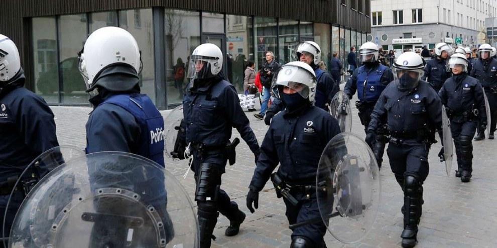 Belgische Polizisten in Schutzanzügen marschieren am 2. April 2016 in Richtung des Quartiers Molenbeek in Brüssel, Belgien. REUTERS/Yves Herman