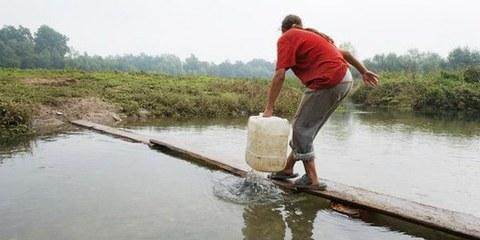 Ein Roma-Mädchen schöpft dreckiges Wasser bei Dobruška vas. © Arne Hodalič