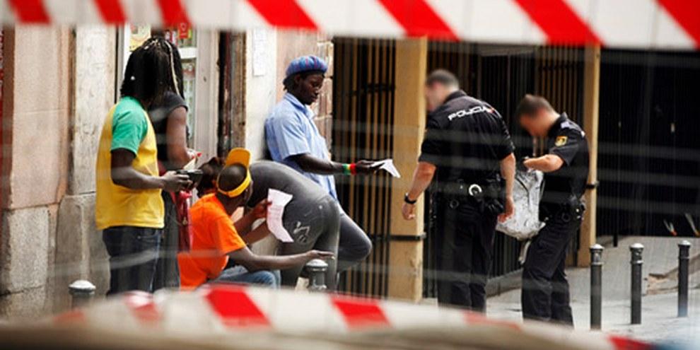 Diskriminiernde Polizeikontrolle. Madrid. Juni 2010 © Edu León / Fronteras Invisibles