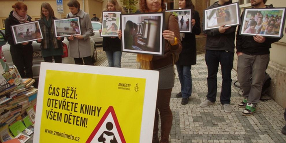 AktivistInnen fordern vor dem tschechischen Bildungsministerium ein Ende der Diskriminierung, November 2012. © Amnesty International (Photo: Adam Podhola)