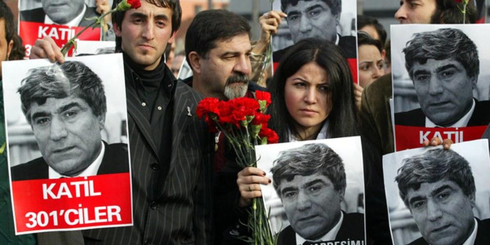"""Demonstrierende in Istanbul: """"Hrant Dink wurde ermordet, weil er seine Meinung friedlich geäussert hat."""": © APGraphicsBank"""