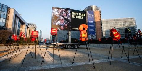 Kein Handel mit Flüchtlingen! Protestaktion vor dem Sitz der EU gegen das Abkommen zwischen der EU und der Türkei. © Thierry Roge