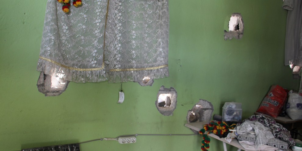 Durchschüsse schwerer Waffen in einem Wohnzimmer in Cizre, September 2015. © Amnesty International