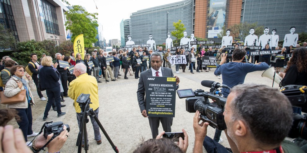 Salil Shetty demonstriert mit Aktivistinnen und Aktivisten vor dem Europäischen Rat in Brüssel. © Amnesty International
