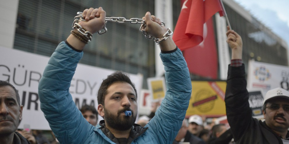 Demonstration für die Pressefreiheit im März 2016: Ein Demonstrant kettet seine Hände, um die Einschränkung der Meinungsfreiheit aufzuzeigen. © Orlok / Shutterstock, Inc.