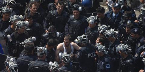 Türkische Polizisten umzingeln einen Demonstranten in Istanbul am 28. April 2018. © Yasemin Yurtman CandemirShutterstock.com