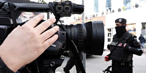 Bereitschaftspolizisten hindern Demonstranten und Demonstrantinnen am Protest vor einem Medienunternehmen, das die Regierung kritisiert hatte und deshalb geschlossen werden sollte. Istanbul, 2015. ©  Durch Alexandros Michailidis / shutterstock.com