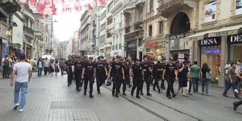 Demonstrationen und Pride-Marches wie hier in Istanbul geraten in der Türkei zunehmend unter Druck. © Begum Basdas