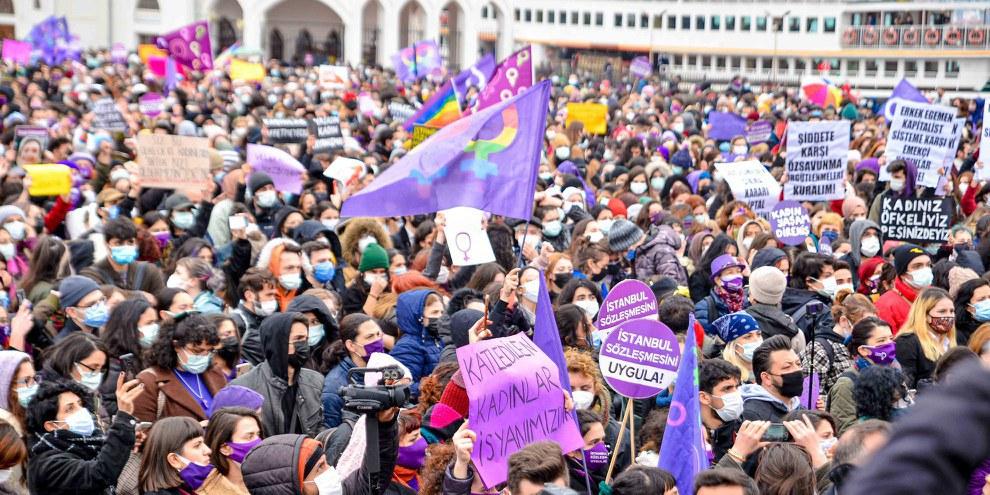 Tausende versammelten sich in Istanbul zu Protestkundgebungen, als bekannt wurde, dass die Türkei die Istanbul Konvention verlassen will. © Amnesty International