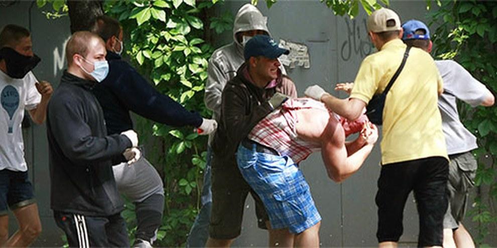 Einer der Organisatoren der Kiewer Pride wird attackiert. © ZVG