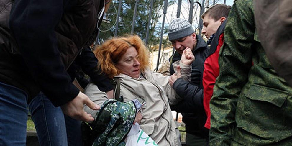 Krim: Eine pro-ukrainische Demonstrantin wird von pro-russischen Aktivisten weggezerrt. © VOLODYMYR PETROV/AFP/Getty Images