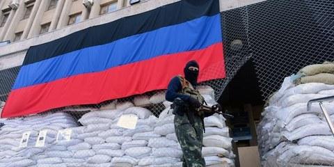 Ein bewaffneter Separatist vor einem besetzten Gebäude in der ostukrainischen Stadt Slowjansk am 23. April 2014. © KIRILL KUDRYAVTSEV/AFP/Getty Images