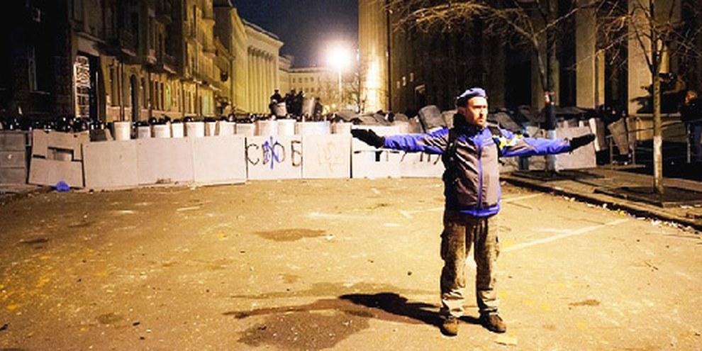 Eine Polizeiblockade hindert die Demonstrierenden im Dezember 2013 am Zugang zum Amtssitz des Präsidenten. © Aleksandr Piliugun
