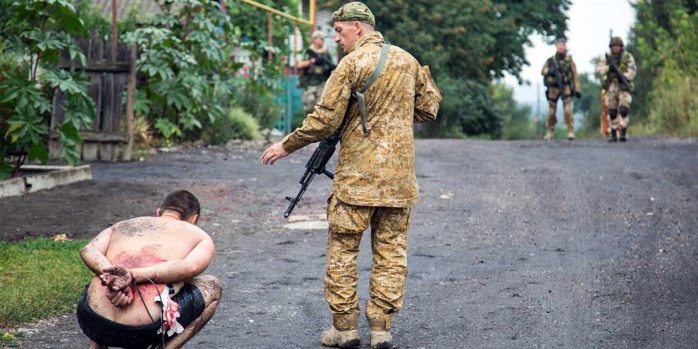 Ukrainische Soldaten nehmen einen pro-russischen Milizler im Dorf Chronukhine fest. © AFP/Getty Images
