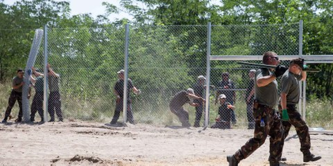 Ungarisches Militär beim Errichten des Grenzzauns, Juli 2015. ©GettyImages