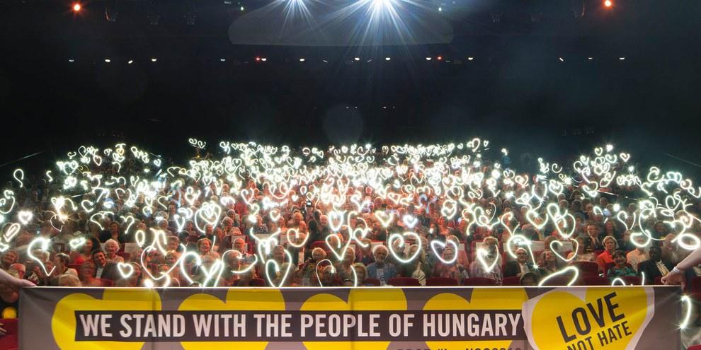 Solidaritätsaktion der niederländschen Amnesty-AktivistInnen zur Unterstützung der NGOs in Ungarn. © Jordi Huisman