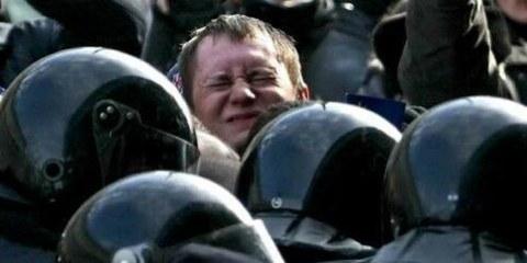 Polizisten gehen gewaltsam gegen Demonstrierende vor © Photo.Bymedia.net