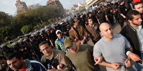 Demonstranten und Sicherheitskräfte in Kairo, 27. Januar 2011. © Demotix / Nour El Refai