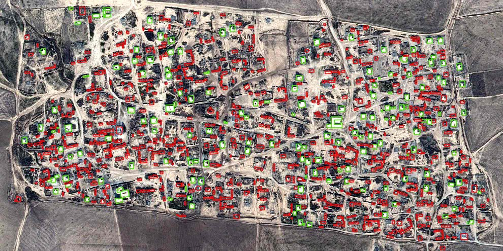 Die Satellitenbilder belegen es: Über 700 Gebäude wurden in Sibaya zerstört oder beschädigt (rot), wenige blieben unversehrt (grün).  © CNES 2015, Distribution AIRBUS DS
