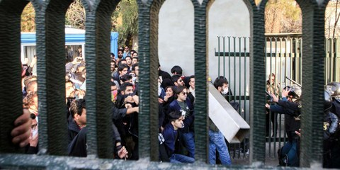 Rund um die Universität von Teheran kam es am 30. Dezember 2017 zu Protesten von Studenten und Studentinnen; auch in mindestens 8 weiteren Städten wurde gegen die Regierung demonstriert. © STR/ EPA / Keystone