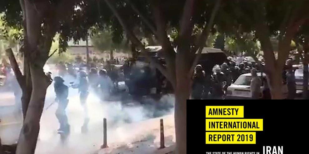 Iranische Sicherheitskräfte schiessen am 16. November 2019 mit Tränengas, um einen Protest in der Stadt Bushehr im Südwesten des Iran, zu zerstreuen.  © Privat