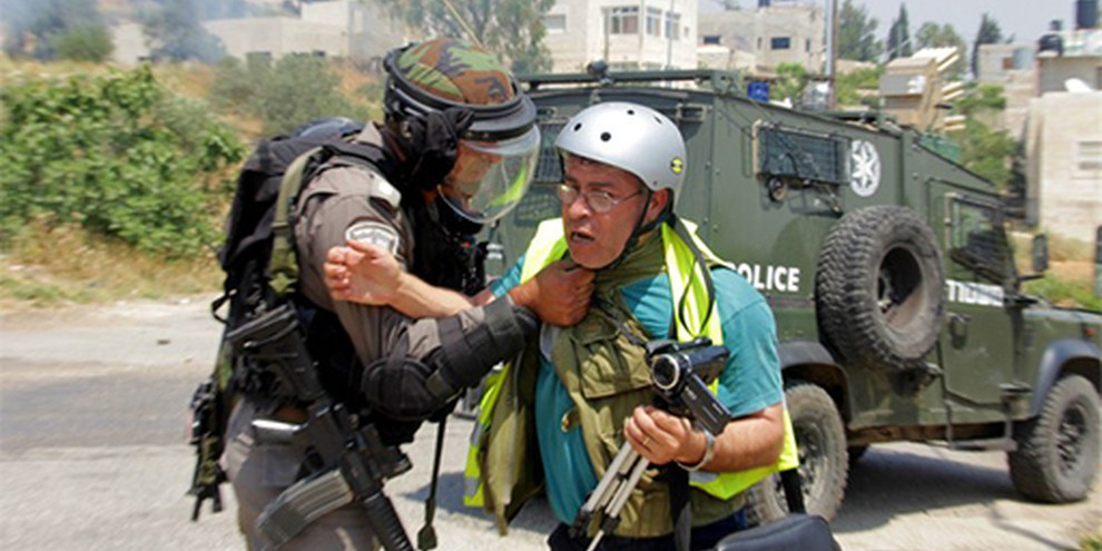 Bilal Tamini wird von einem israelischen Soldaten während einer Protestkundgebung angegriffen. Nabi Saleh, Mai 2013. © Tamimi Press