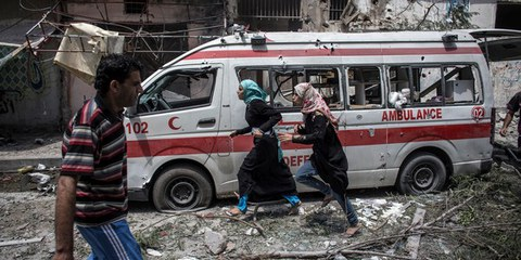 Dass u. a. auch Krankenwagen stark von den israelischen Angriffen betroffen sind zeigt, dass kein Ort in Gaza sicher ist. © EPA/OLIVER WEIKEN