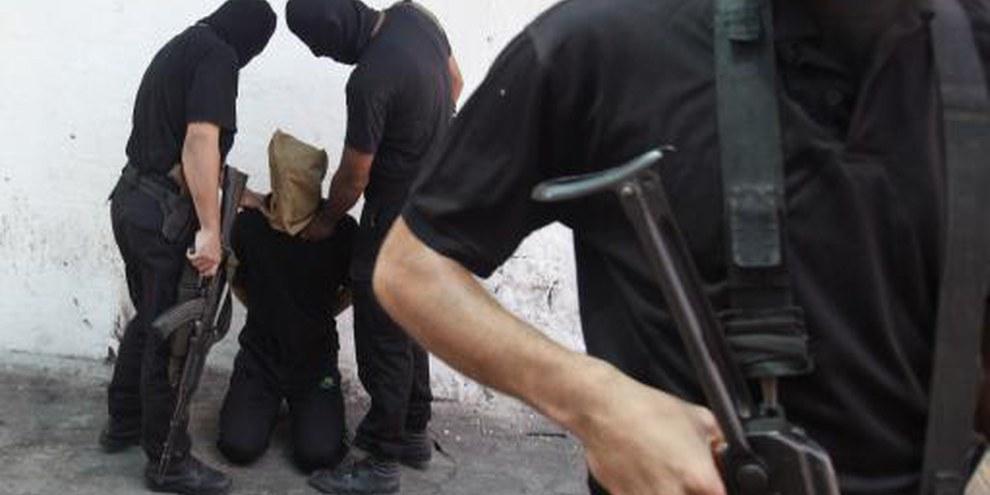 Verhaftung eines angeblichen Kollaborateurs durch die Hamas © REUTERS