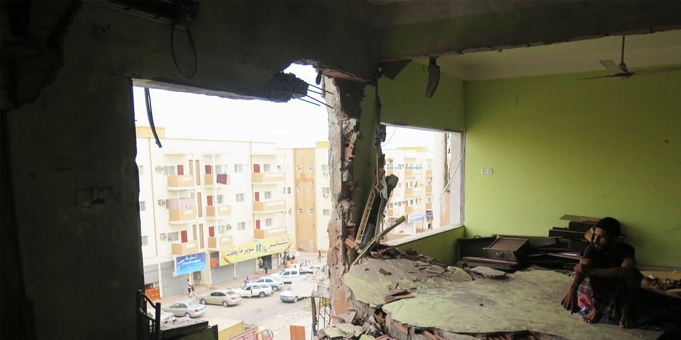 Bei den Bodenkämpfen zwischen Huthi-Rebellen und Anti-Huthi-Gruppen geraten oft auch Privatwohnungen ins Schussfeld - hier die Wohnung der Familie Saleh in Aden nach einem Raketenangriff von Huthi/Saleh-Loyalisten  © Amnesty International
