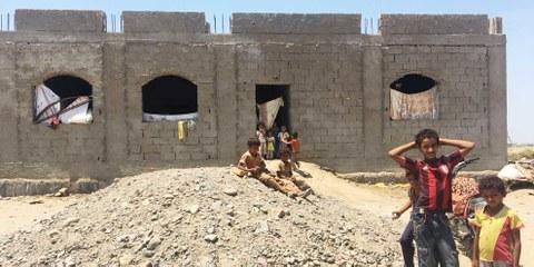 In Gawa'la am Stadtrand von Aden spielen die Kinder ausserhalb eines halbgebauten Gebäudes, in welchem sieben Familien mit mehr als 20 Kindern leben. Sie gehören zu den kürzlich aus dem Hodeidah-Gebiet Vertriebenen. Die Uno schätzt, dass zwischen Dezember 2017 und Mai 2018 mehr als 100'000 Menschen in der Boden- und Luftoffensive vertrieben wurden © Amnesty International