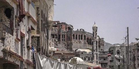 Zerstörte Moschee und schwer beschossenes Stadtquartier in Taiz, August 2018. © Anasalhadj / shutterstock.com