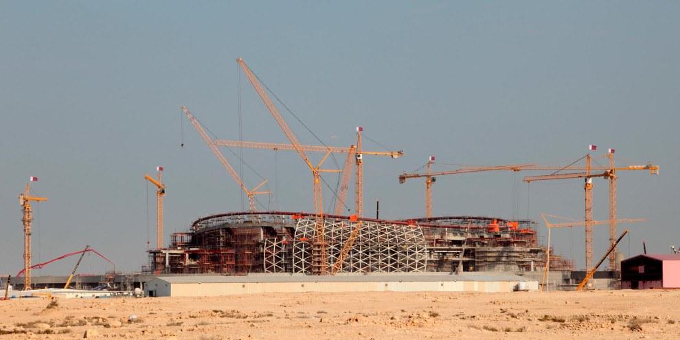 Für die Fussball-WM wurden und werden in Katar unzählige Stadien, Hotelanlagen, Strassen etc. gebaut – auf Kosten der Wanderarbeitenden. © Philip Lange / Shutterstock.com