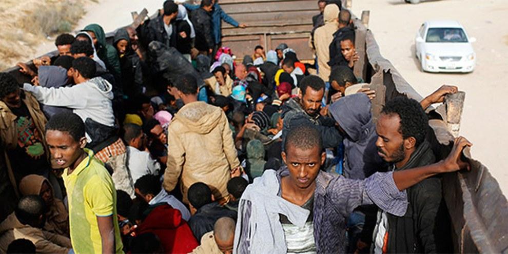 Afrikanische Migranten auf dem Weg in ein Gefängnis in Zawiya, Juni 2014 © Reuters