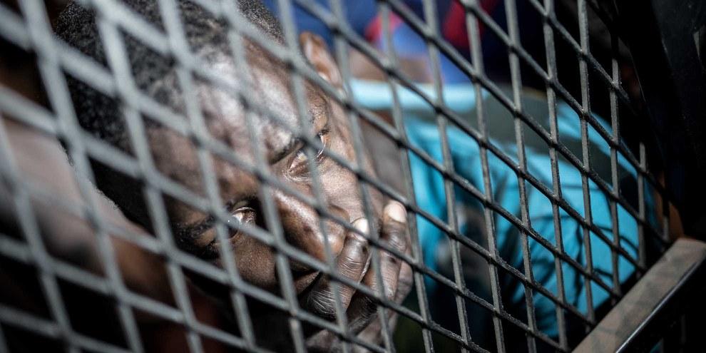 Flüchtlinge werden in Haftzentren eingesperrt, in welchen sie unter unsäglichen Bedingungen monatelang ausharren müssen. © TAHA JAWASHI