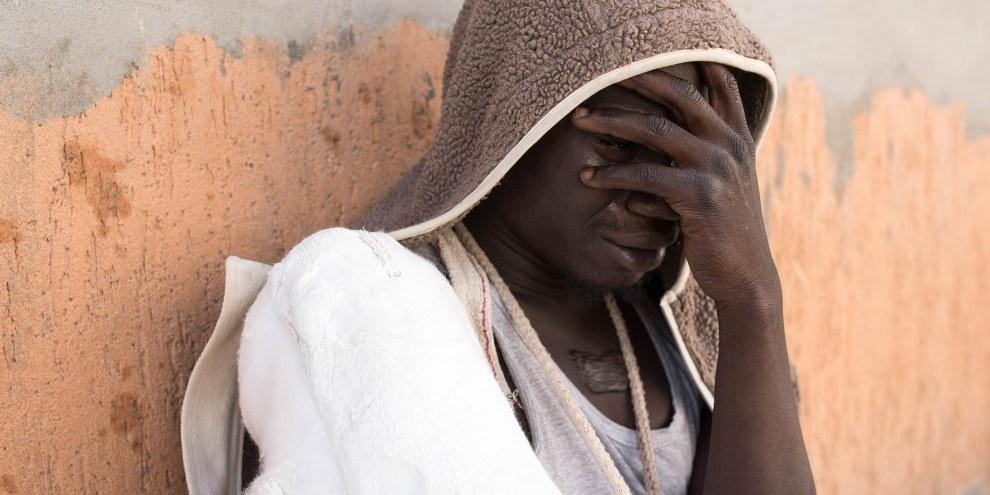 Ein Flüchtling weint, nachdem er von der italienischen Einwanderungspolizei angehalten wurde.  © Taha Jawashi
