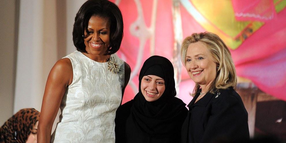 Samar Badawi bei einem Besuch in den USA (mit Hillary Clinton und Michelle Obama) © JEWEL SAMAD/AFP/Getty Images