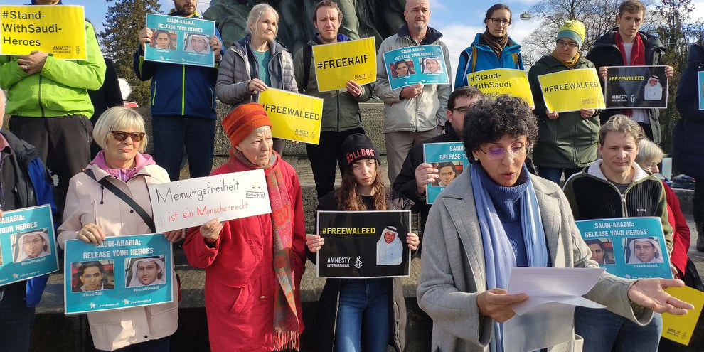 Menschenrechtsaktivistinnen und -aktivisten gedenken in Bern der saudischen Gewissensgefangenen Raif Badawi und Waleed Abu al-Khair, die sich im Hungerstreik befinden. © Amnesty International