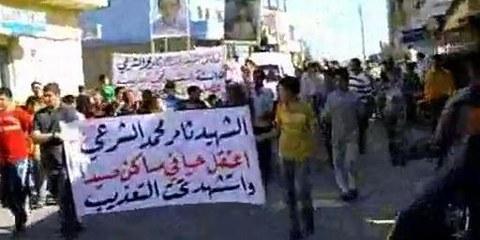 Demonstrationzug zum Begräbnis von Tamer Mohamed al-Shar'i in Dera'a, Juni 2011. Der Leichnam wurde den Angehörigen mit Folterspuren übergeben, nachdem der 15-Jährige am 29. April verhaftet worden war ©MsAboMalik