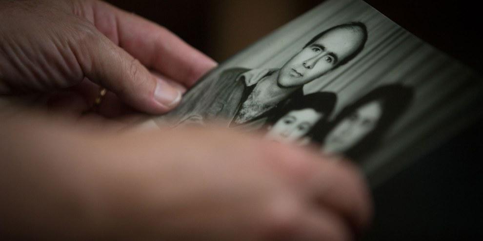 Die Frau eines 2013 verschwundenen Aktivisten hält ein Familienfoto in ihren Händen © Amnesty International - Mark Esplin